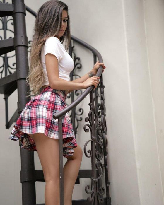 классные девушки в коротких юбках двигался вперёд