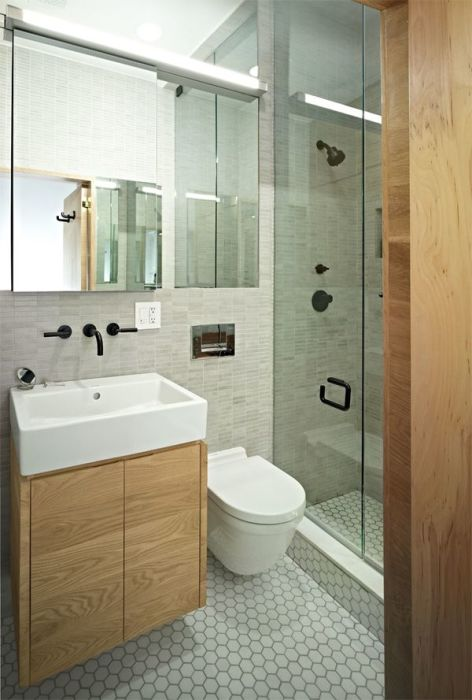 Дизайн маленькой ванной комнаты в классическом современном стиле с применением экологически чистых материалов.