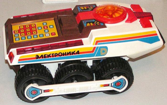 Советский луноход стоил 27 рублей, поэтому зачастую он доставался только одному счастливчику на улице. /Фото: lh4.googleusercontent.com