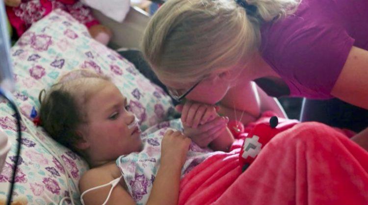 Семья пришла в больницу попрощаться со своей больной дочерью
