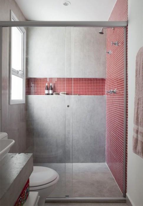 Акцентная стена, выложенная красной плиткой - отличное решение для малогабаритной ванной комнаты.