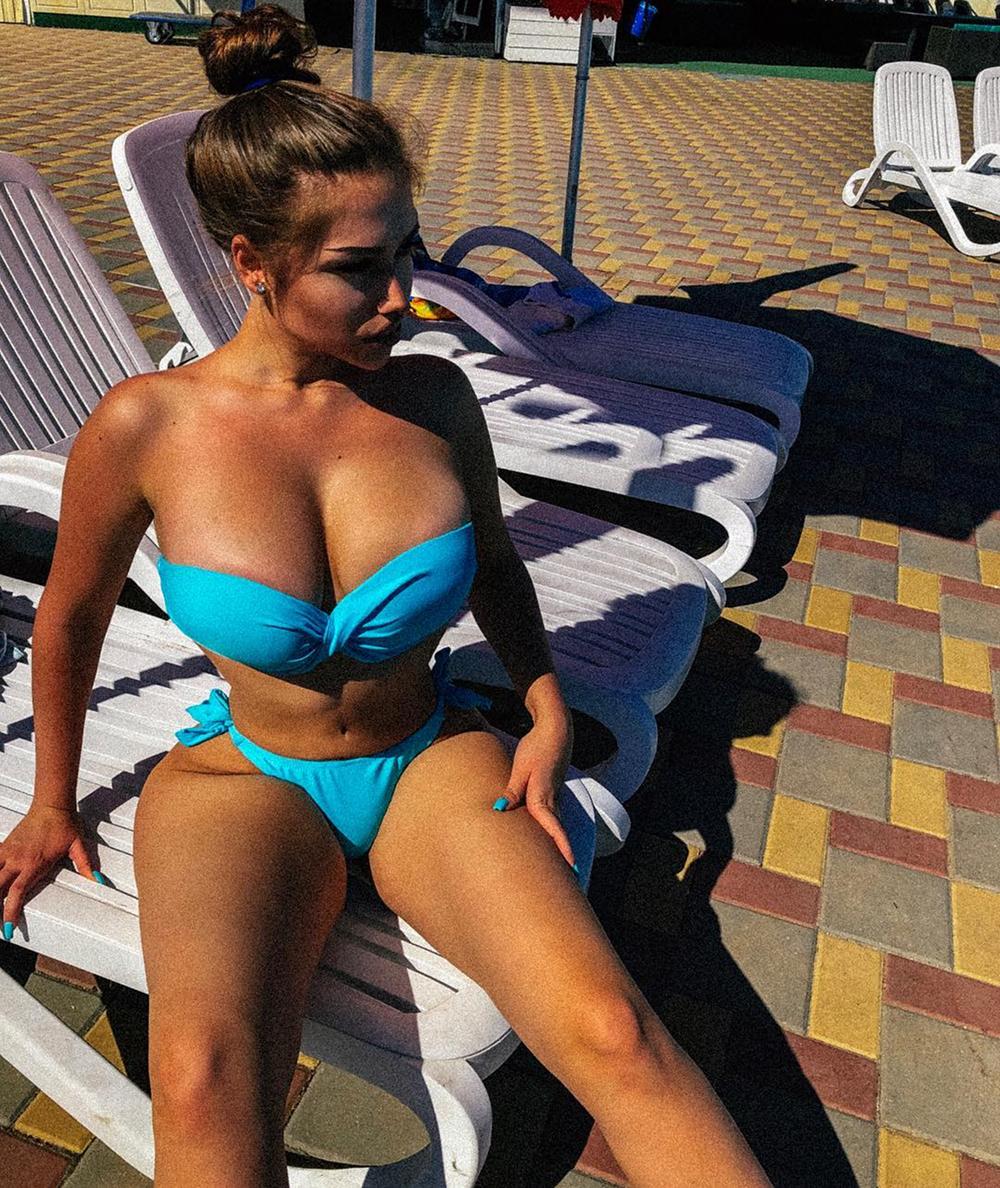 Российская «Кардашьян» с очень пышными формами отрицает, что обращалась к хирургам