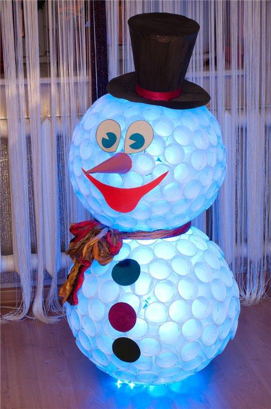 Снеговик из пластиковых стаканчиков. Петушок из яичного лотка