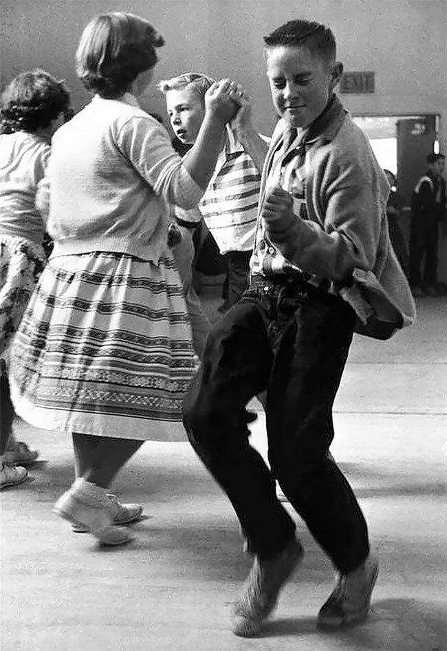 2. Школьная дискотека в 1950-х винтаж, интересно, исторические кадры, исторические фото, история, ретро фото, старые фото, фото