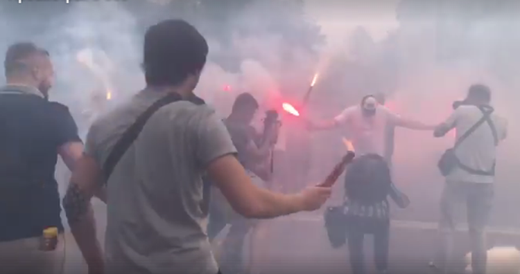 Протесты в Киеве: Рада снова  в дыму, протестующие зажгли файеры