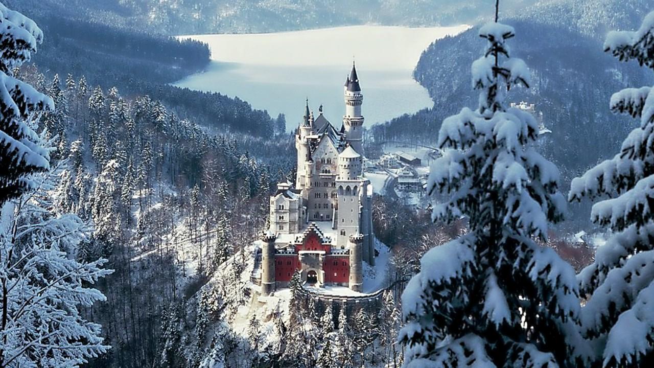 Замок Нойшванштайн зимой, Германия.