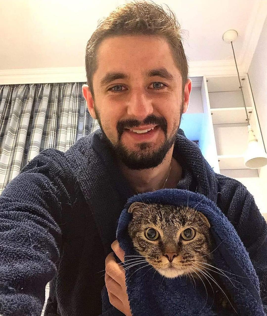 Кот Виктор всегда сопровождает Михаила в командировках. Фото: Личная страничка героя публикации в соцсети
