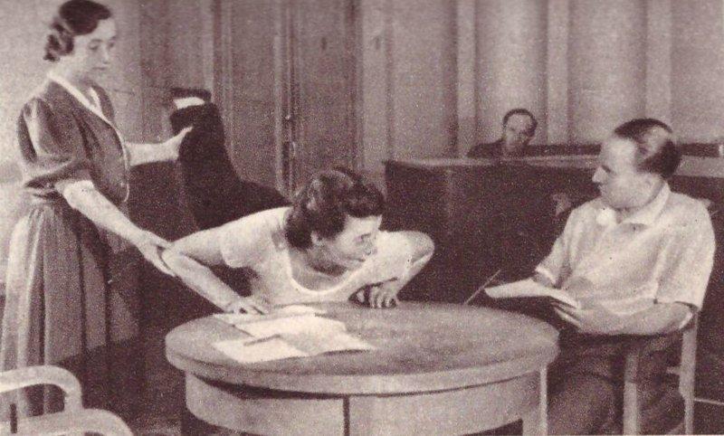 Редактор по гимнастике Н.Гордеев, методист Л.Федяева и позер В.Кокунова разучивают новую серию упражнений, прежде чем передать её в эфир. Фото из газеты 1948г зарядка, здоровые, интересное, радио, факты