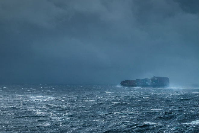 Потери груза во время шторма: сила волн против цистерн и контейнеров груз,лайнер,океан,Пространство,шторм
