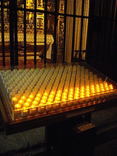 В европейских церквях вместо восковых свечей иногда используют электрические: бросил монетку — и она загорается страны, факты, это интересно