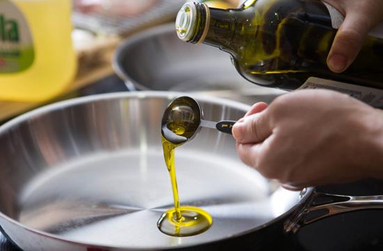 Методом эксперимента разбираемся, можно ли готовить на оливковом масле