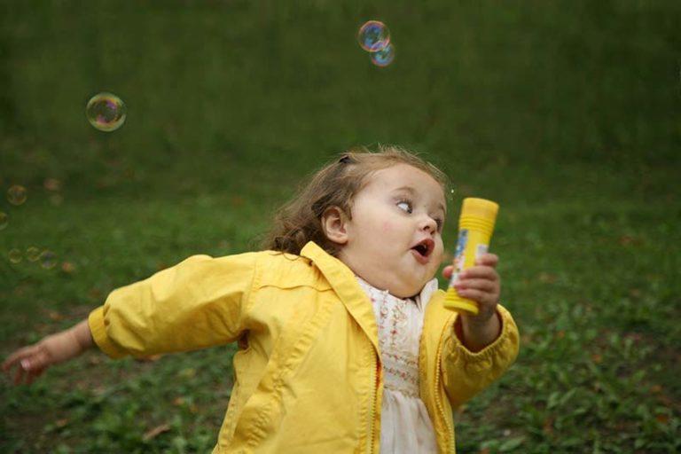 Смешная картинка девушка бежит, можно сделать открытке
