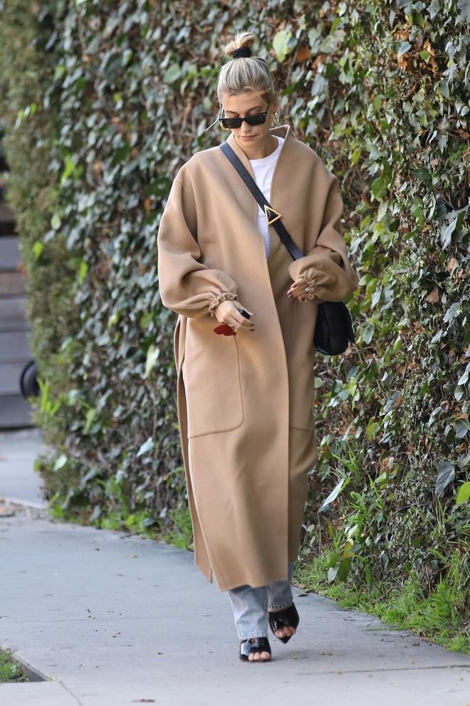 Новая версия идеального бежевого пальто: халат без воротника как у Хейли Бибер (фото 1)