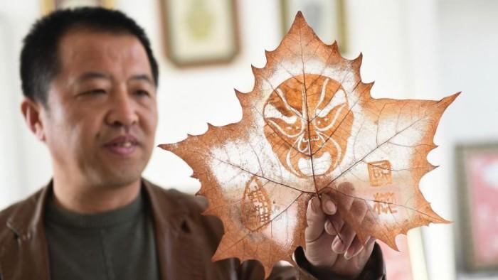 Поразительные картины на опавших листьях