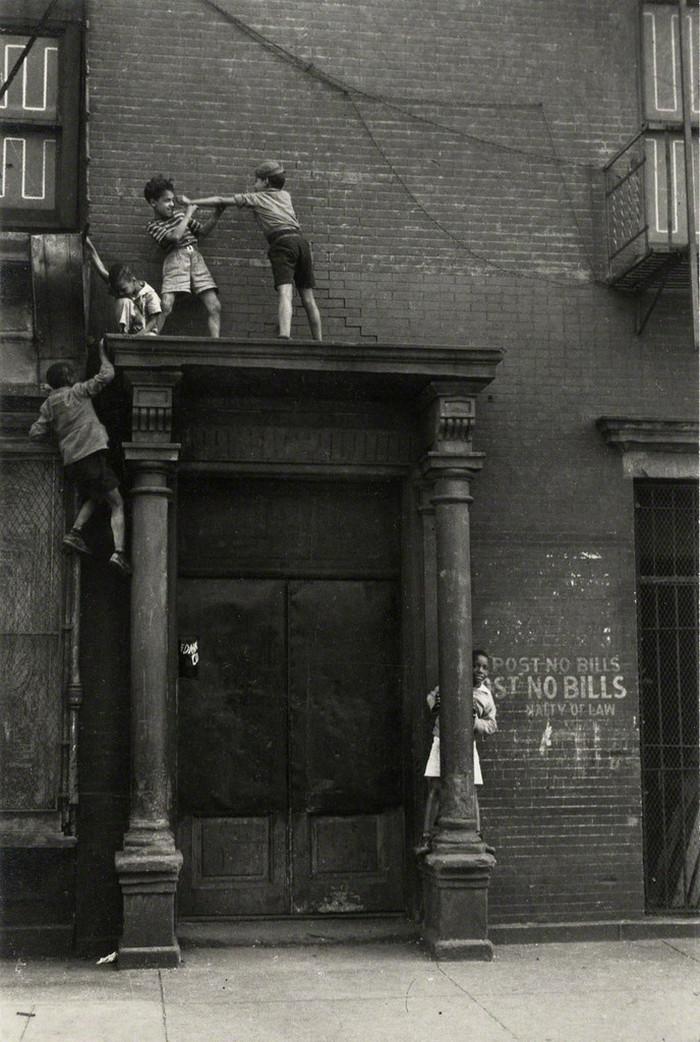 Уличная жизнь Нью-Йорка с 1930-х до 80-х годов в фотографиях Элен Левитт 22