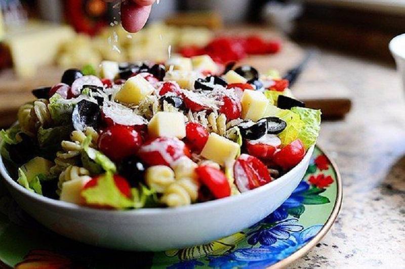 диетический салат с курицей, овощами и кунжутом