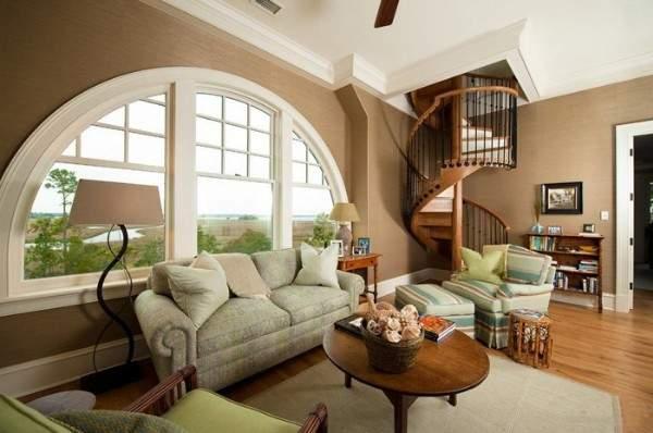 Интерьер гостиной с винтовой лестницей в частном доме - идеи дизайна