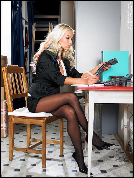 Под столом чулочки фото