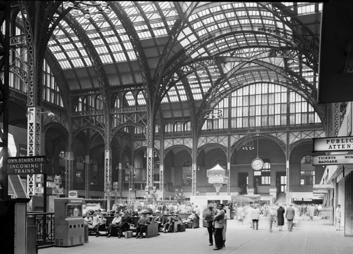 Пенсильванский вокзал, Нью-Йорк Выстроенный в 1905-10 годы Пенсильванский вокзал стал крупнейшим архитектурным комплексом в стиле бозар на территории США. Ворота, ведущие в здание, напоминали Бранденбургские в Берлине, а зал ожидания был оформлен в стиле терм Каракаллы. Вокзал быстро стал визитной карточкой города и одой из главных достопримечательностей Манхэттена. В 1963 году без предварительного общественного обсуждения вокзал снесли, а на его месте построили офисный центр. Спустя годы на фундаментах старого вокзала был возведен новый, однако новое сооружение не имеет внятного архитектурного стиля.