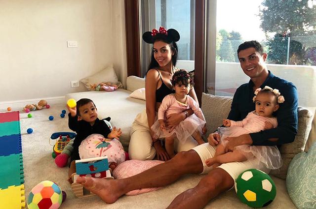 Криштиану Роналду отметил день рождения с Джорджиной Родригес и детьми