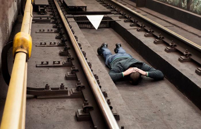 Что делать при падении на рельсы в метро - инструкция, которая спасет жизни