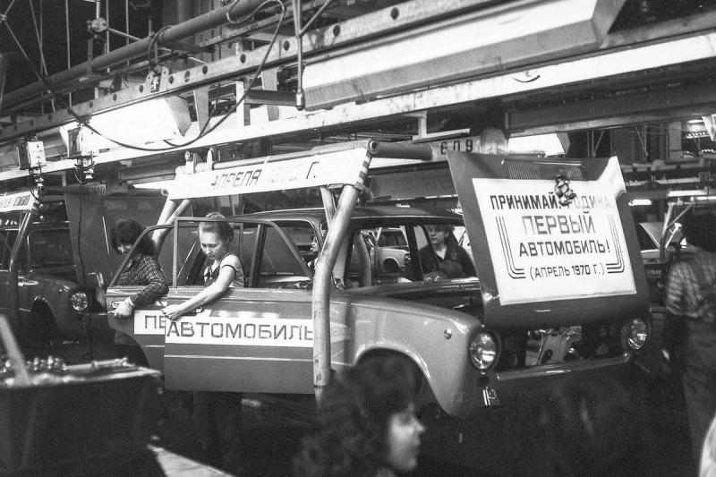 19 апреля 1970 года. В СССР собран первый автомобиль ВАЗ-2101 машину, купить, машин, только, продажу, машины, тысяч, автомобилей, поскольку, тиражом, страны, автомобиля, советского, годов, автомобиль, первый, населения, Только, началась, начале