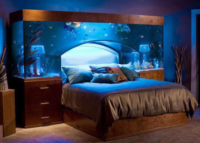 Спальная кровать с роскошным встроенным аквариумом.