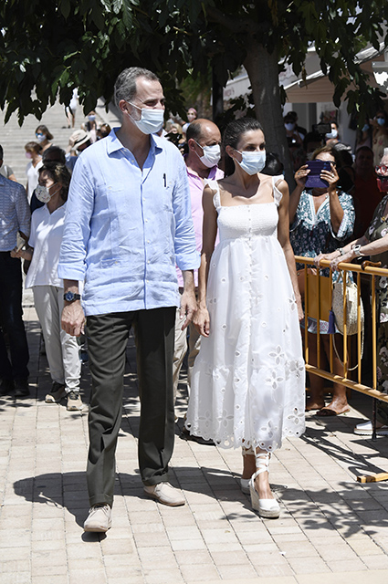 Идеальный летний образ: королева Летиция и ее белые платья во время тура по Испании Звездный стиль