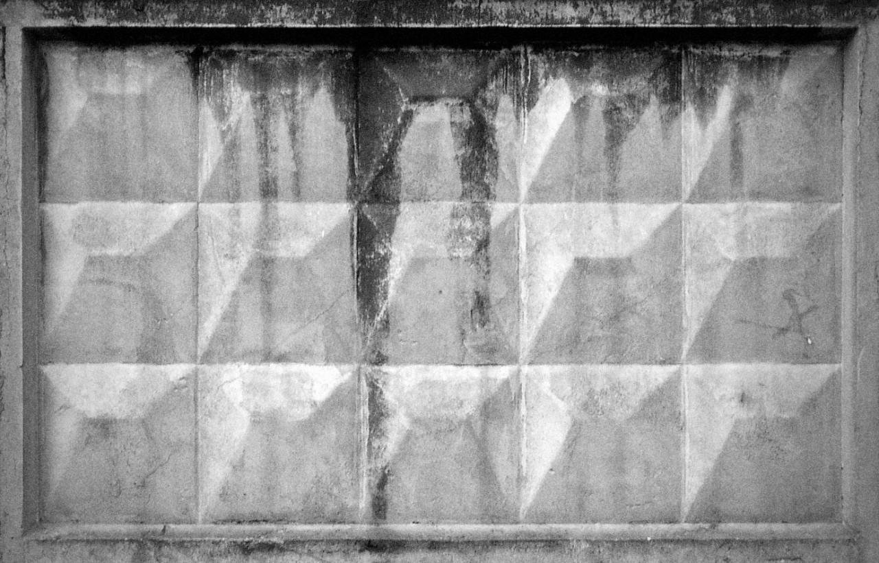 История бетонного забора с ромбиками