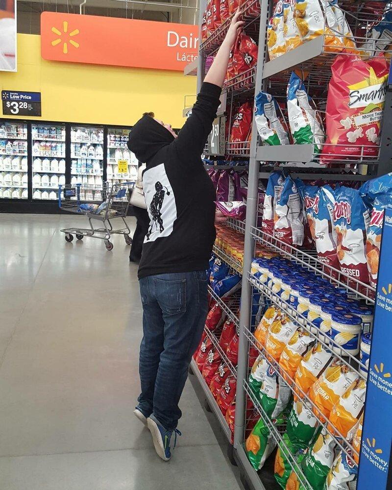 16. Походы в супермаркет выглядят примерно так люди маленького роста, низкие люди, прикол, смешно, трудности, фото