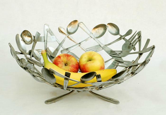 Из старых столовых приборов можно сделать прекрасную вазу для фруктов.