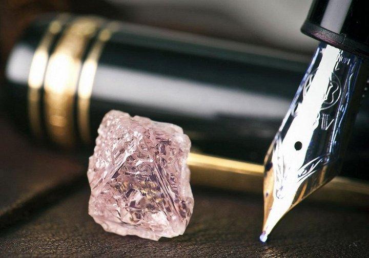Редкий розовый алмаз из Австралии