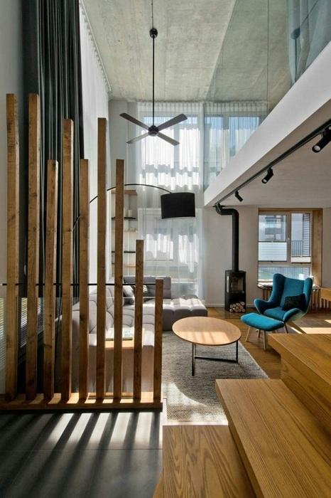 Простой и очень крутой интерьер трансформирован с помощью деревянной перегородки.