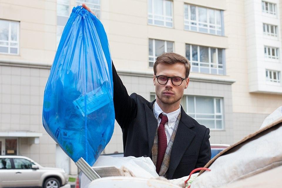Почему нельзя выносить мусор на ночь глядя: происхождение приметы