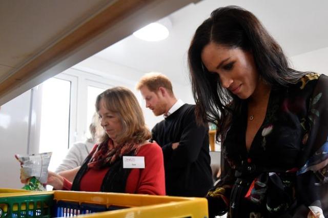Зачем Меган Маркл написала сообщения на бананах для работниц секс-индустрии во время визита в Бристоль монархии