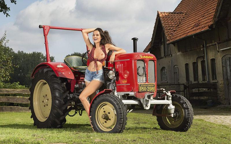 Девушки и сельхозтехника: задорный календарь на 2019 год