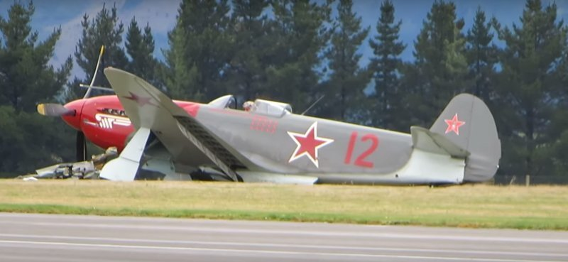 Истребитель времён СССР врезался в машину на аэродроме ynews, Як-3, авария, видео, интересное, крушение, самолёт
