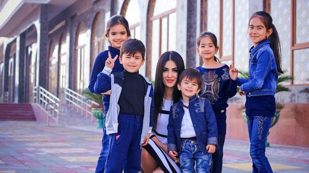 Молодая вдова осталась одна с пятью детьми на руках. Чтобы их прокормить она стала моделью