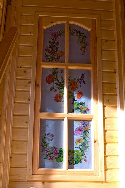 Витражная роспись двери в дачном доме