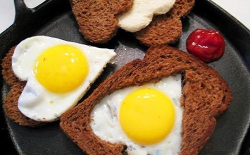 Яичница-глазунья в ломтике хлеба