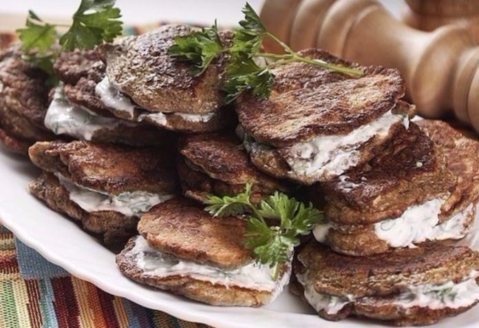 Невероятно вкусные печеночные оладьи в сметанном соусе, блюдо для гурманов