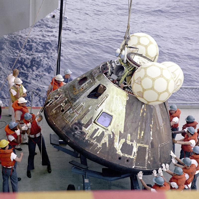 Моряки достают из воды модуль космического корабля Аполлон-13 вскоре после его посадки в открытом море. было, история, фото
