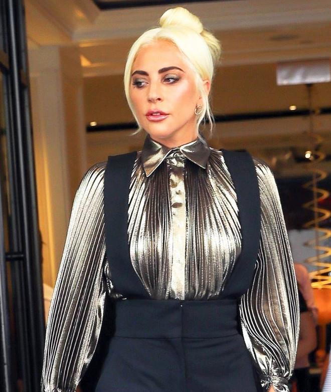 Медь и золото: Леди Гага в костюме Alberta Ferretti в Нью-Йорке (фото 1)