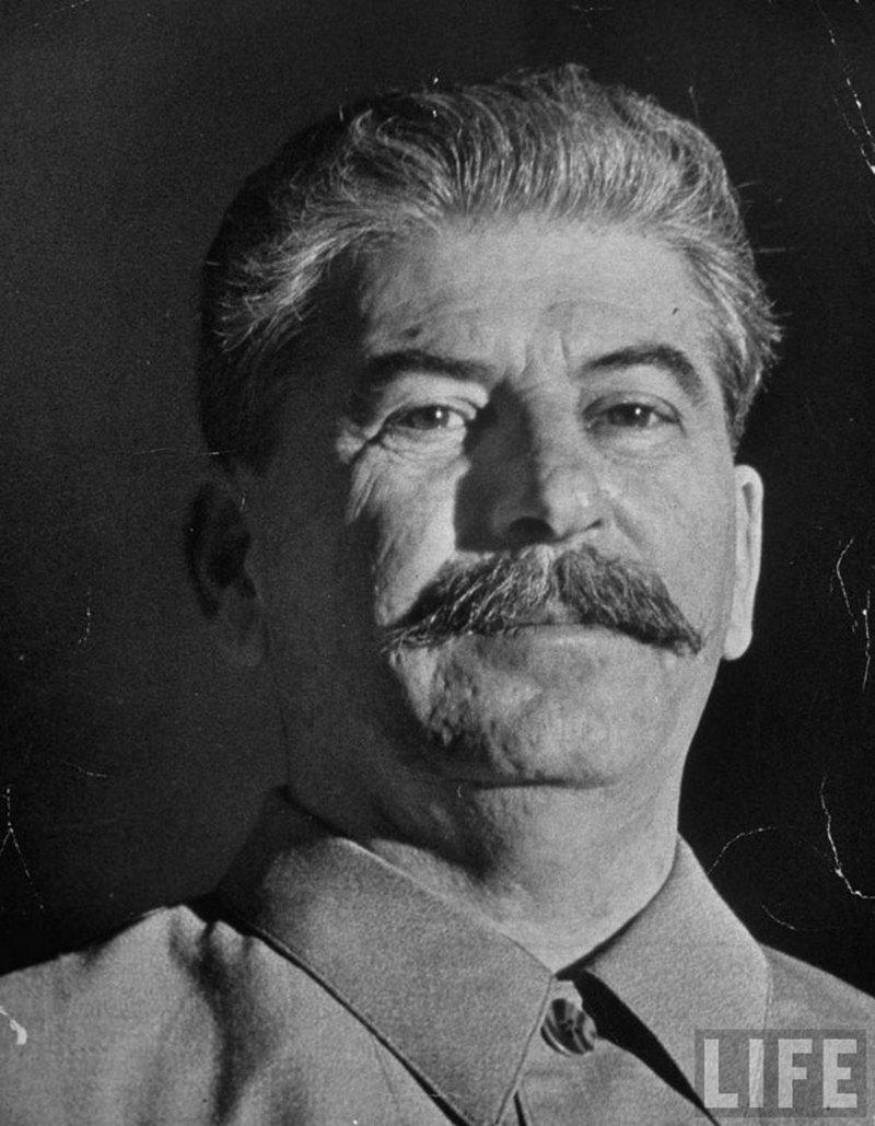 15) Иосиф Сталин. Сталин взял в свои руки власть в коммунистической России сразу после смерти Ленина в 1924 и оставался у ее руля вплоть до 1953 года. Дата: 1922-1940. Фотограф: Office of War Information.