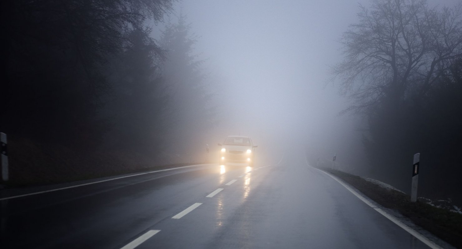 Почему опасно включать аварийную сигнализацию в условиях тумана Автомобили