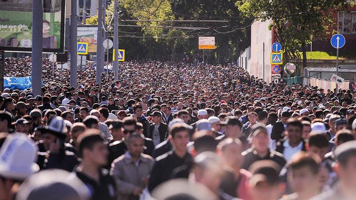 Русским пенсионный возраст увеличить: Пенсии платить мигрантам