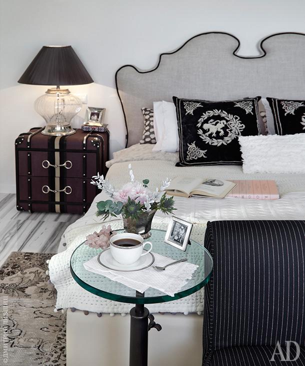 Вместо прикроватных столиков — практичные тумбочки в виде сундуков. Вся мебель и ковер, Eichholtz.