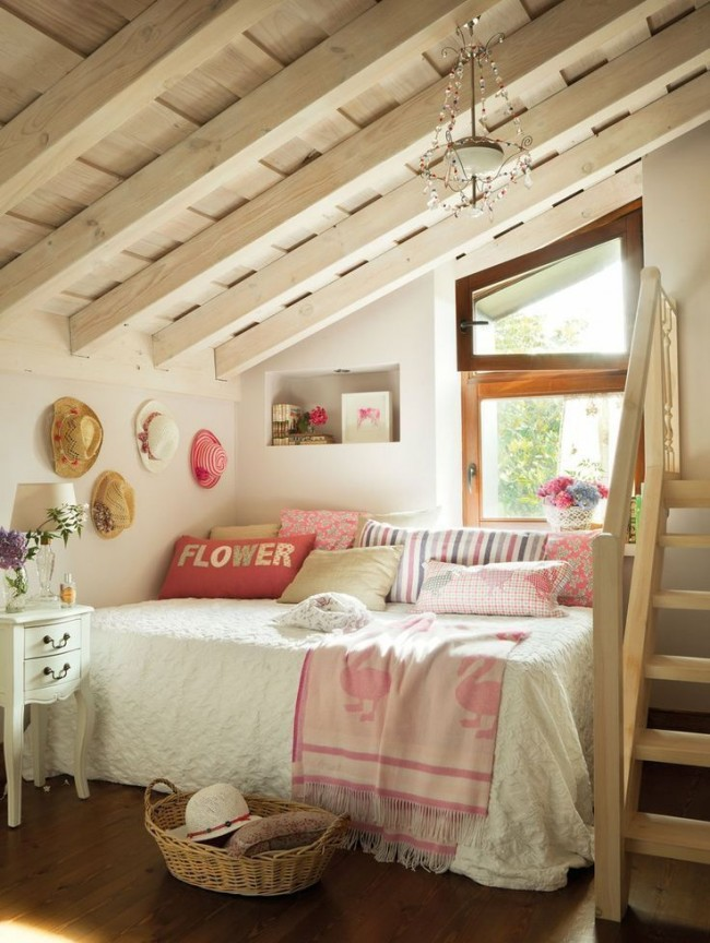 Со светлыми оттенками в спальне отлично сочетается напольное покрытие теплых, древесных оттенков