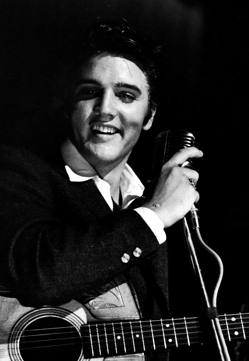 7) Элвис Пресли. Элвис Пресли стал символом такого музыкального жанра, как рок-н-ролл. Молодые люди того времени не представляли своей жизни без рок-н-ролла, в то время, как их родители проклинали этот стиль музыки и считали, что он развращает молодежь.