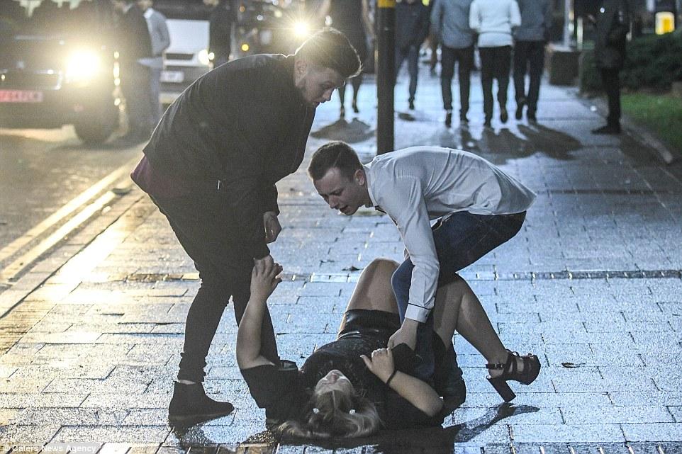 Пьяные девушки на улицах фото — img 4